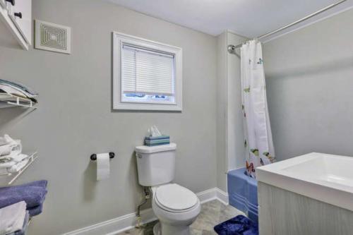 1207 Pine Ave Hopewell VA-small-014-19-Bath-666x444-72dpi