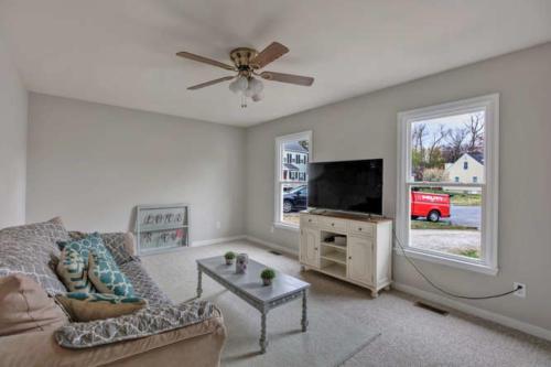 5000 Chelsea Brook Ln Glen-small-002-4-Living Room-666x444-72dpi